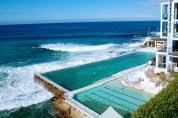 Love this stunning pool at the Icebergs Swim Club in Bondi. Super cool how the ocean just pours into it!